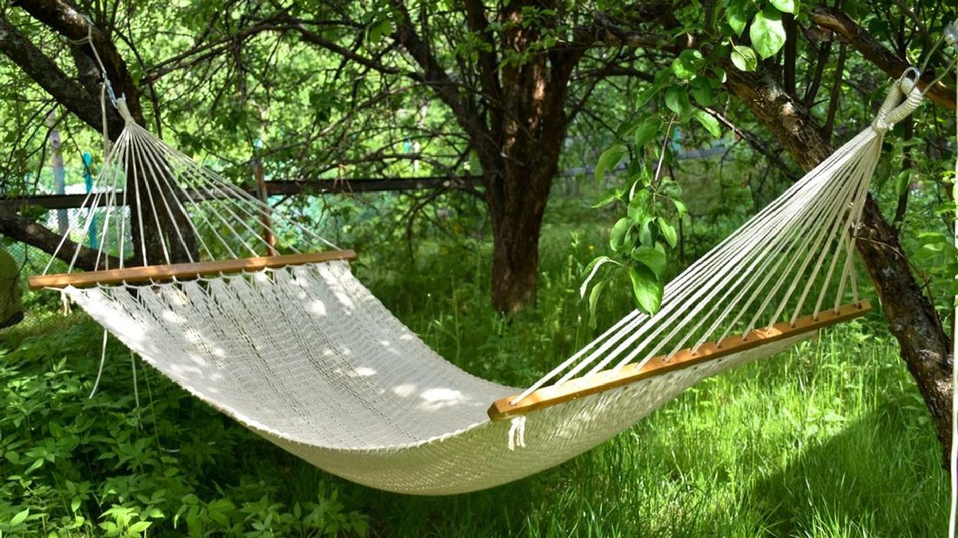 Odpočinek v houpací síti, nebo na houpačce