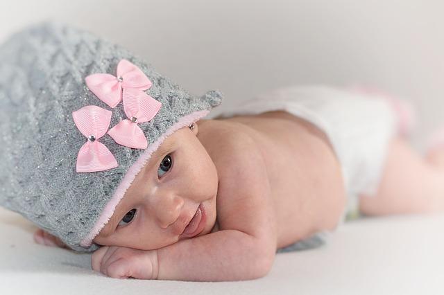novorozená dívka v čepičce