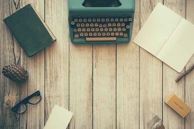 psací stroj a kniha