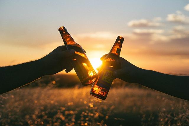 přípitek s pivem
