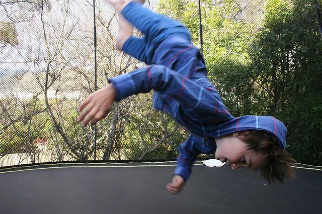 chlapec, nohy vzhůru, trampolína