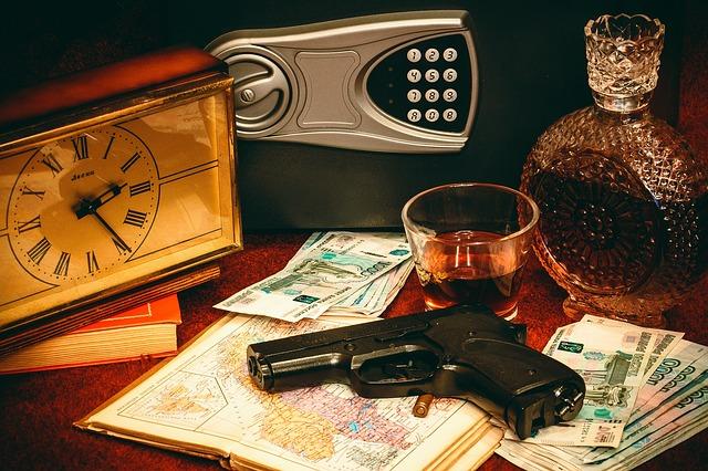 trezor, hodiny, nápoj, zbraň, peníze