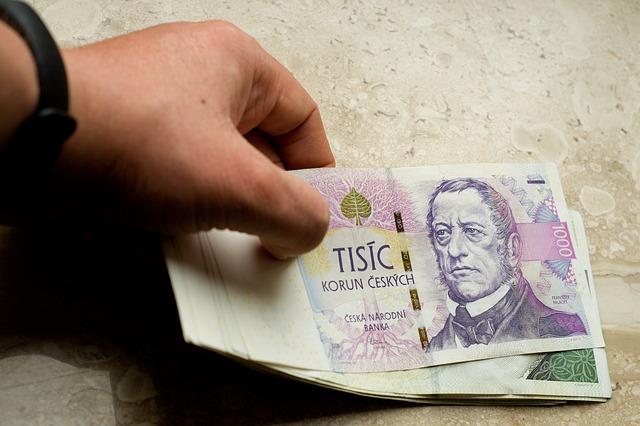 ruka na bankovkách