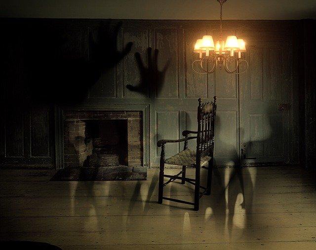 duchové v místnosti