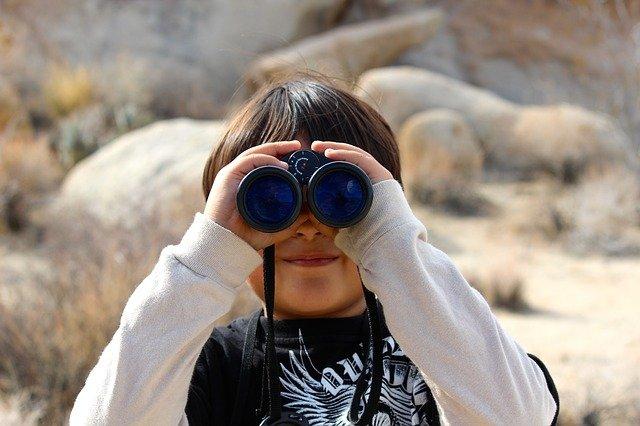 kluk s dalekohledem