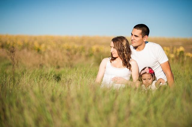 rodina v trávě na louce, muž, žena a holčička