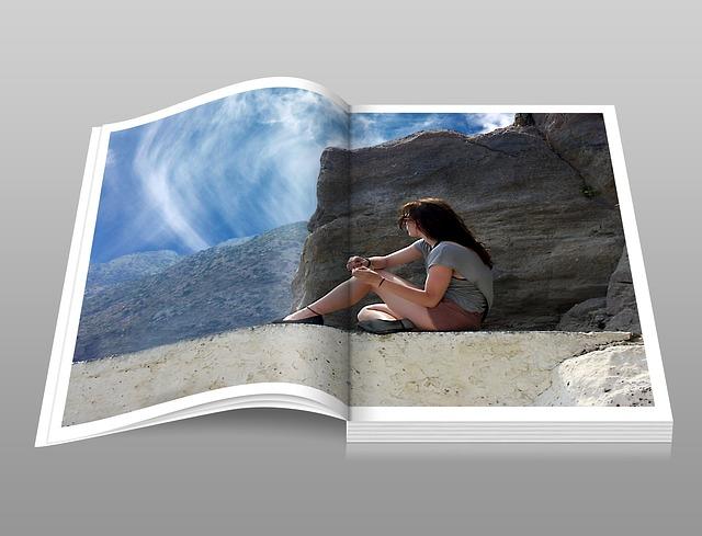 brožura s obrázkem ženy na skále