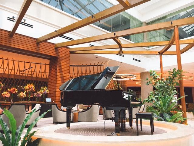 černé piano na terase.jpg