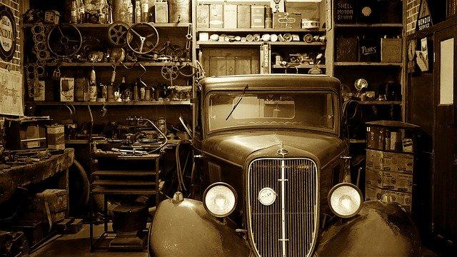 starý automobil v garáži